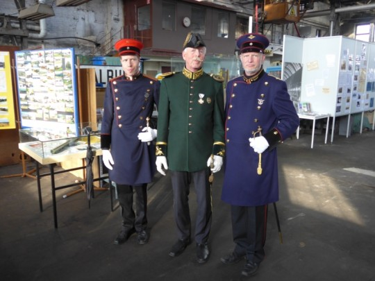 Eisenbahner in historischer Uniform
