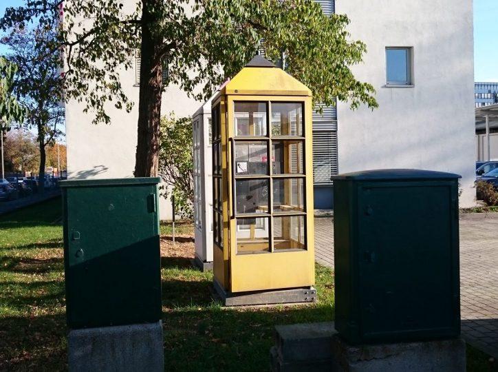 Zwei Kabelverzeiger und Telefonzelle