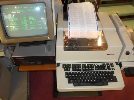 Fernschreiber F2000B mit Monitor, Speicher und Diskettenlaufwerk