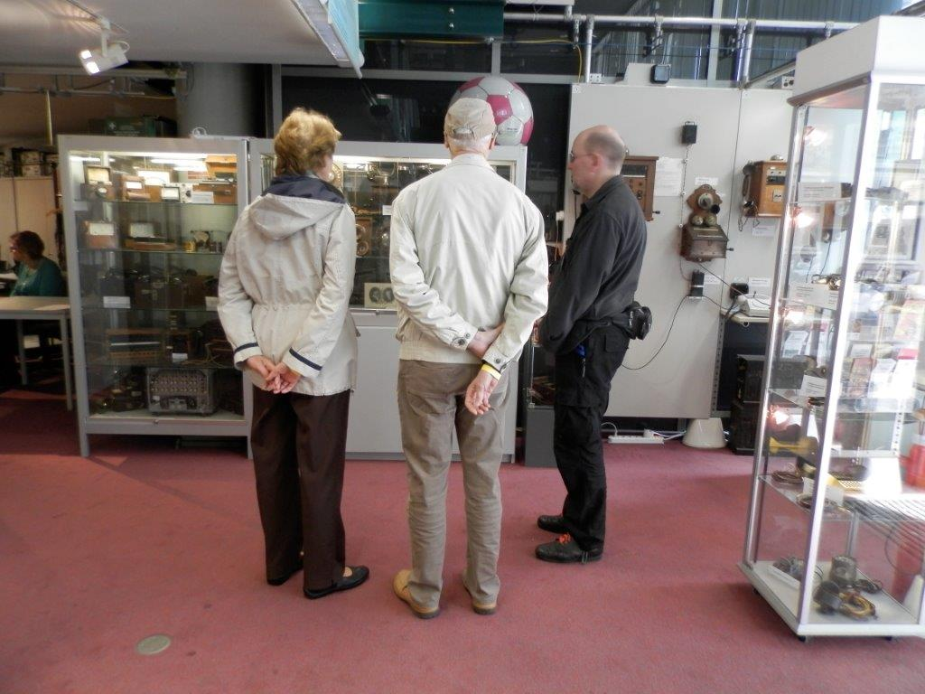 Besucher vor OB-Apparaten