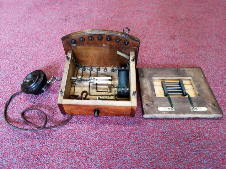 Historischer OB-Apparat. Rechts die Rückseite der Holzmembran mit nachgefertigten Kohlenstiften