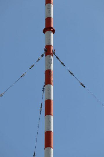 .... mit drei Halteseilen in 60 m Höhe