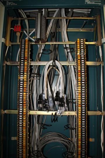UV-Schrank, Ausschnitt mit links und rechts angeordneten geschirmten Lötverteilern